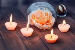 在玻璃地球、装饰和各种各样的有趣的元素的一朵大桃红色花在黑暗的木背景 S 免版税库存图片