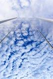 在玻璃墙上的云彩反射 免版税库存照片