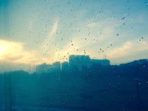 在玻璃墙上的雨珠 图库摄影