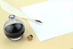 在玻璃墨水壶的翎毛钢笔 库存图片