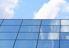 在玻璃大厦反映的天空 库存照片