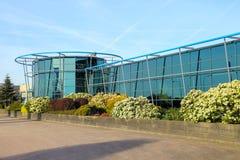 在玻璃大厦附近的垂直的花圃在Meerkerk, Netherla 免版税库存照片