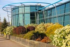 在玻璃大厦附近的垂直的花圃在Meerkerk, Netherla 免版税图库摄影