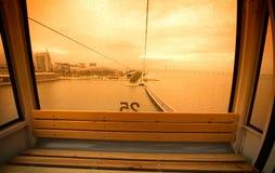 在玻璃客舱的雨珠缆索铁路在里斯本 葡萄牙 免版税库存照片