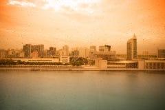 在玻璃客舱的雨珠缆索铁路在里斯本 葡萄牙 图库摄影