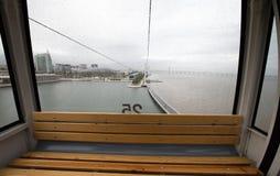 在玻璃客舱的雨珠缆索铁路在里斯本 葡萄牙 免版税图库摄影