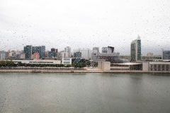 在玻璃客舱的雨珠缆索铁路在里斯本 葡萄牙 库存照片
