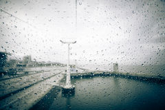 在玻璃客舱的雨珠缆索铁路在里斯本 葡萄牙 库存图片