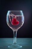 在玻璃心脏飞溅红色和白色的心脏 免版税库存照片