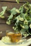在玻璃杯子和瓶子的菩提树茶用蜂蜜 免版税库存图片