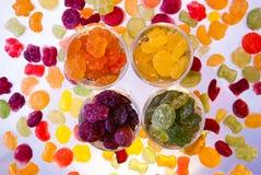 在玻璃杯子明亮地上色的糖果 免版税库存照片