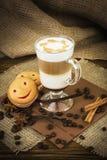 在玻璃杯子的咖啡拿铁 免版税库存照片