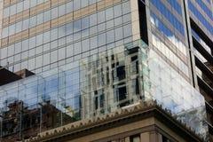 在玻璃板反映的现代大厦Windows 免版税库存图片