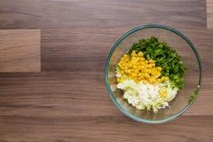 在玻璃板材的沙拉  免版税库存照片