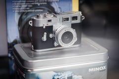在玻璃柜台的微小的Minox照相机 库存图片