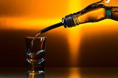 在玻璃桌上的伏特加酒 库存图片