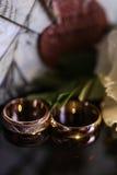 在玻璃桌上的婚戒在黑白 金子 库存照片