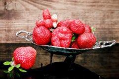 在玻璃桌上的草莓 免版税库存图片