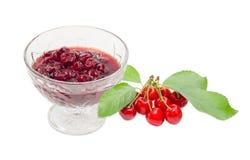 在玻璃点心碗和新鲜的樱桃的樱桃果酱 免版税库存图片