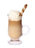 在玻璃爱尔兰杯子的咖啡拿铁有在白色隔绝的薄酥饼的 库存照片
