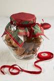 在玻璃瓶子和圣诞节装饰的麦甜饼 免版税库存图片