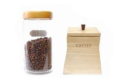 在玻璃瓶子和木箱的咖啡豆 免版税库存图片