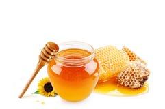 在玻璃瓶子和蜂窝蜡的蜂蜜 免版税库存图片