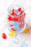 在玻璃瓶子的五颜六色的糖果 库存照片