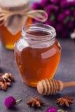 在玻璃瓶子的健康蜂蜜 库存图片