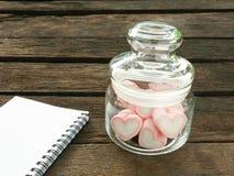 在玻璃瓶子的可爱的桃红色心脏蛋白软糖 库存图片
