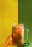 在玻璃瓶子的新鲜的橙色鸡尾酒 库存照片