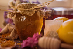 在玻璃瓶子的有机蜂蜜 免版税库存图片