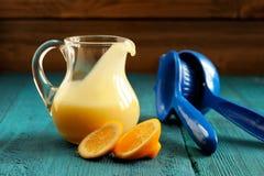 在玻璃瓶子的柠檬酱用新鲜的柠檬和剥削者 免版税库存图片