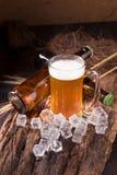 在玻璃瓶子的桶装啤酒在家庭客栈旅馆或餐馆里 仍然 库存图片