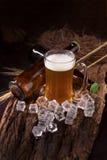 在玻璃瓶子的桶装啤酒在家庭客栈旅馆或餐馆里 仍然 免版税库存图片