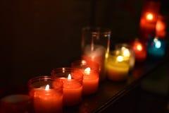 在玻璃瓶子的温暖的蜡烛 免版税库存图片