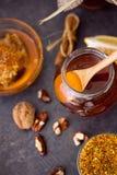在玻璃瓶子的甜健康蜂蜜在台式视图 库存照片