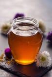 在玻璃瓶子的甜新鲜的蜂蜜 免版税库存图片
