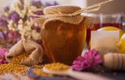 在玻璃瓶子的甜蜂蜜 库存照片