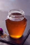在玻璃瓶子的甜蜂蜜 免版税库存图片