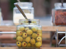 在玻璃瓶子的用卤汁泡的橄榄 免版税库存照片
