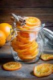 在玻璃瓶子的糖煮的桔子,肉桂条 免版税库存图片