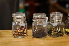 在玻璃瓶子的茶 免版税库存图片