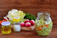 在玻璃瓶子的菜沙拉 简单的混杂的菜沙拉 沙拉用圆白菜、红萝卜、萝卜、莳萝和橄榄油 库存图片