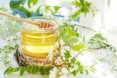 在玻璃瓶子的蜂蜜 库存照片