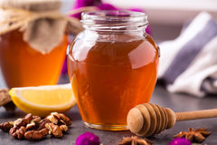 在玻璃瓶子的金黄蜂蜜 库存图片