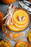 在玻璃瓶子,顶视图的糖煮的桔子 库存图片