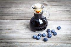 在玻璃瓶或混合物的蓝莓糖浆, 免版税库存照片