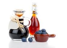 在玻璃瓶或混合物的蓝莓糖浆 库存图片