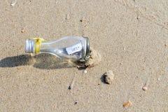 在玻璃瓶的帮助消息 库存照片